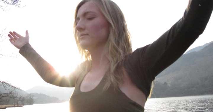 Neelke Mussche meditating in nature